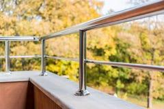 Slut upp av en balkongmetallbalustrad Höstsikt i bakgrunden royaltyfria bilder