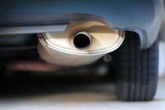 Slut upp av en bilavgasrörljuddämpare royaltyfria bilder