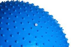 Slut upp av en blå konditionboll som isoleras på vit bakgrund arkivfoton