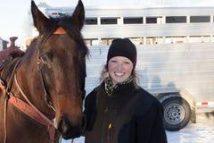 Slut upp av en flicka och en häst Arkivbild