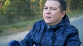 Slut upp av en fysiskt utmanad framsida för man` s medan driftigt handtag för rullstol` s stock video