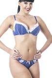 Slut upp av en glamorösa sexiga gulliga unga klassiska Pin Up Model Posing i blå damunderkläder Arkivbilder