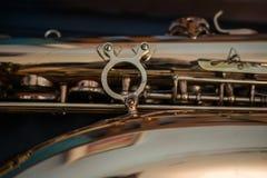 Slut upp av en guld- saxofon royaltyfria bilder