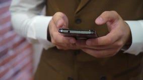Slut upp av en man som använder den smarta telefonen för mobil arkivfilmer