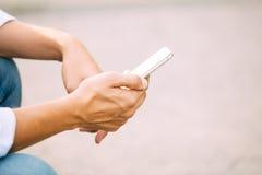 Slut upp av en man som använder den smarta telefonen för mobil royaltyfria bilder