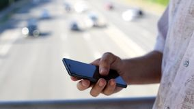 Slut upp av en man som använder den smarta telefonen för mobil lager videofilmer