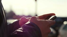 Slut upp av en man som använder den smarta telefonen för mobil, utomhus- lager videofilmer
