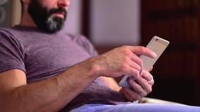 Slut upp av en man som anv?nder den smarta telefonen f?r mobil lager videofilmer