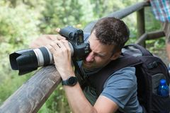 Slut upp av en manlig fotograf royaltyfria bilder