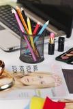 Slut upp av en olik blyertspennas färg i ett modeskrivbord. arkivbilder