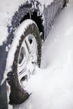 Bil i snowen Arkivfoton