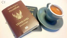 Slut upp av espresso och det Thailand passet väntande på nästa tur Thailand runt om världen Lopp och resa Arkivbild