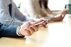 Slut upp av ett affärsfolk som använder smarta telefoner för mobil Royaltyfri Bild