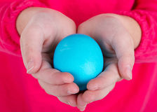 Slut upp av ett barninnehav ett easter ägg Royaltyfri Foto