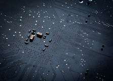Slut upp av ett utskrivavet svart datorströmkretsbräde Arkivfoton