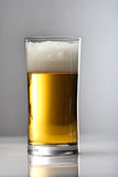 Slut upp av exponeringsglas av öl arkivfoton