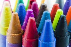 Slut upp av färgade färgpennor Arkivbild