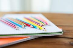Slut upp av färgpennor eller färgblyertspennor Royaltyfri Fotografi