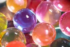 Slut upp av färgrika vattenpärlor royaltyfri fotografi