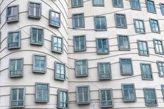 Slut upp av fönstren som förutom ses på danshuset i Europa Arkivfoto