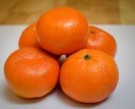 Slut upp av fem mandariner arkivbilder