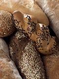 Slut upp av flera sorter av bröd fotografering för bildbyråer