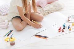 Slut upp av flickateckningen med blyertspennor Fotografering för Bildbyråer