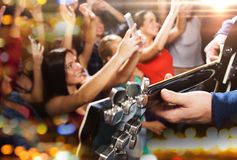 Slut upp av folk på musikkonserten i nattklubb royaltyfri fotografi