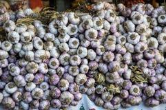 Slut upp av garlics på en marknad arkivfoto