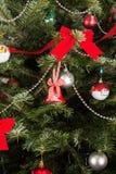 Slut upp av garnering i Xmas-träd royaltyfri fotografi