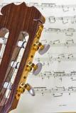 Slut upp av gitarrhalsen med musik Arkivfoto