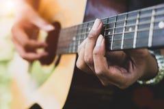 Slut upp av gitarristhanden som spelar gitarren Musikal och instrumen arkivfoton