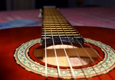 Slut upp av gitarrrader Brun klassisk gitarr royaltyfri foto
