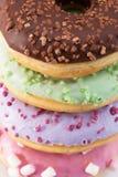 Slut upp av glasade färgrika donuts Royaltyfri Fotografi