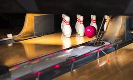 Slut upp av gränden på bowlingklubban stiftbowlingbanabakgrund Closeup av raden för tio stift på en gränd, ett nattljus och en sf royaltyfri fotografi