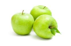 Slut upp av gröna äpplen arkivbilder