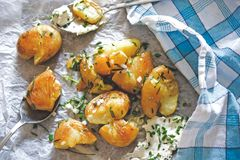 Slut upp av grillade potatisar Arkivfoton