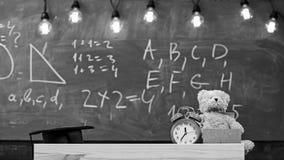 Slut upp av grundskola för barn mellan 5 och 11 årklassrumet Klassrum med den svart tavlan på bakgrund Barnsligt skrivbord med ri fotografering för bildbyråer