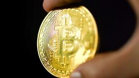 Slut upp av guld- bitcoin i manhänder lager videofilmer