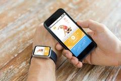 Slut upp av händer med den smarta telefonen och klockan royaltyfria foton