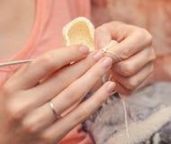 Slut upp av händer som virkar med ull Royaltyfri Foto