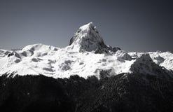 Slut upp av härlig bergöverkantpic du midi i pyrenees bergskedja i svartvitt, Frankrike arkivfoto