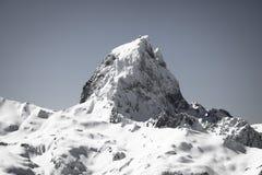 Slut upp av härlig bergöverkantpic du midi i pyrenees bergskedja i svartvitt, Frankrike arkivfoton