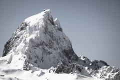 Slut upp av härlig bergöverkantpic du midi i pyrenees bergskedja i svartvitt, Frankrike arkivbilder