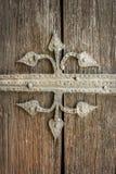 Slut upp av härlig gammal forntida garnering för metallprydnad på riden ut brun trädörr Arkivbild