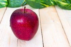 Slut upp av härliga äpplen med lilla droppen Arkivfoto