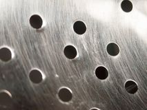 Slut upp av hål i metallsiktdurkslag arkivbilder