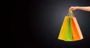 Slut upp av hållande shoppingpåsar för hand Royaltyfri Bild