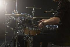 upp av handelsresanden Playing Drum Kit In Studio Arkivfoto