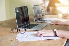 Slut upp av handen för affärskvinna som arbetar på bärbar datordatoren med arkivbild